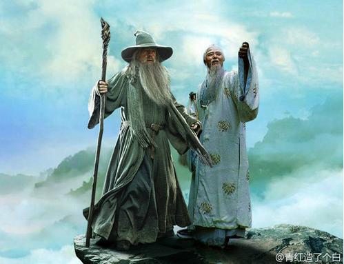 """由网友@青红造了个白 创作的""""西游者联盟""""主题PS组图在网络上走红。图为菩提老祖(图右)与《霍比特人》、《魔戒》中的甘道夫(图左)。"""
